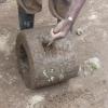 steenkapper kapt een monoliet los rocketstoofje uit vulkanisch gesteente